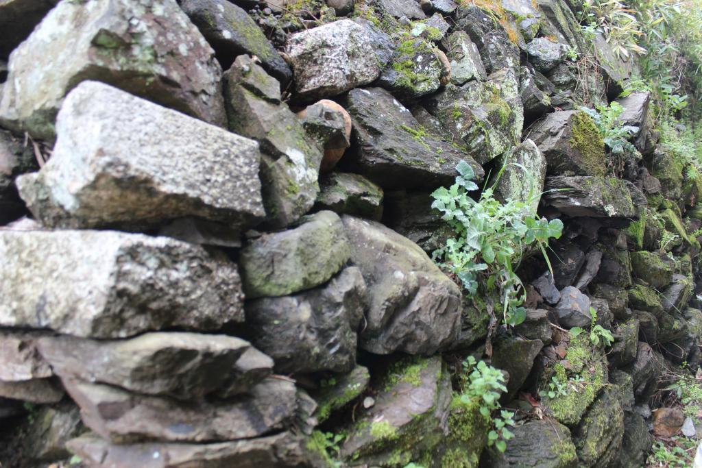 Surface heaping up stone wall