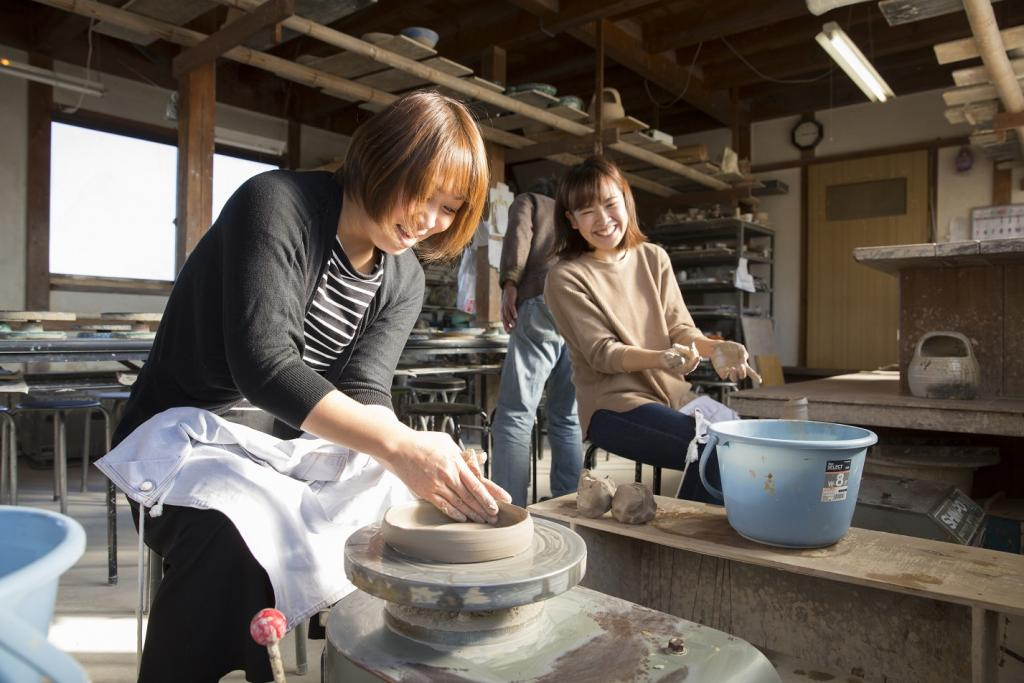 We experience ceramic art with hand bineri, potter's wheel freely