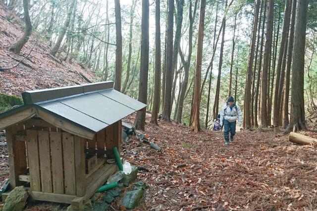 We go over mountain pass of Kebara around way which Izumi maid of honor walked
