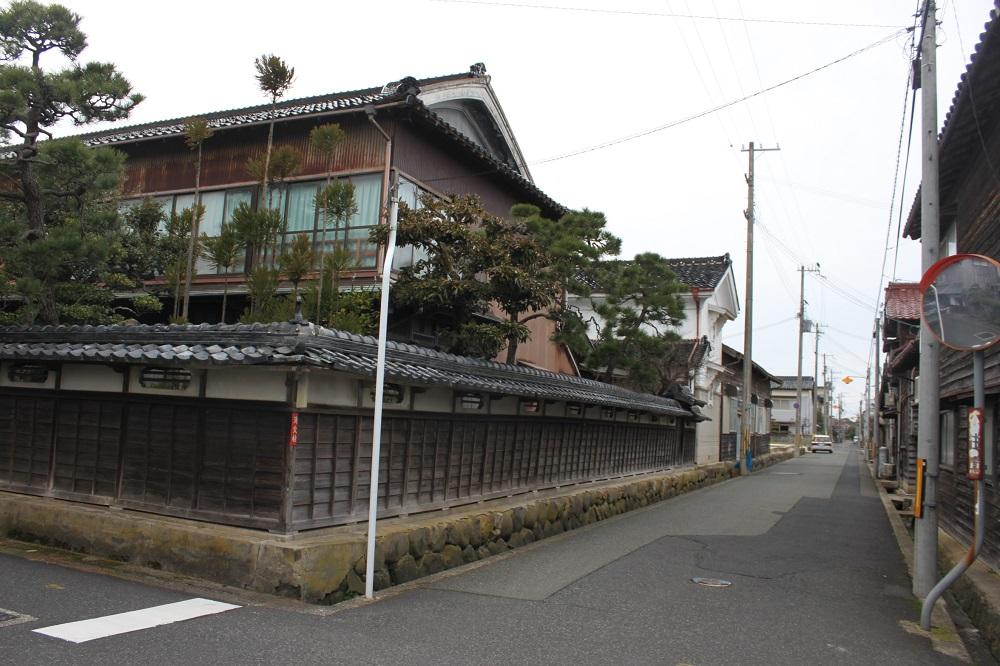 Cityscape of Amino, Row of weaver's houses in Yasaka