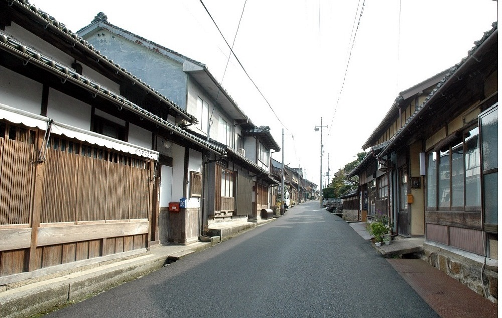 Townscape of Chirimen Road which is lined with the houses of Tango chirimen weavers